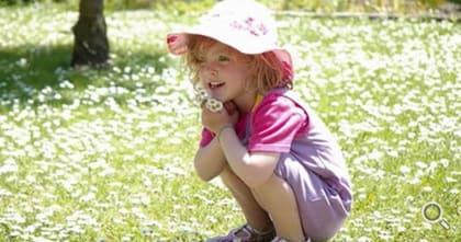 Kleines Mädchen - verzaubert vom Frühlingsgarten.